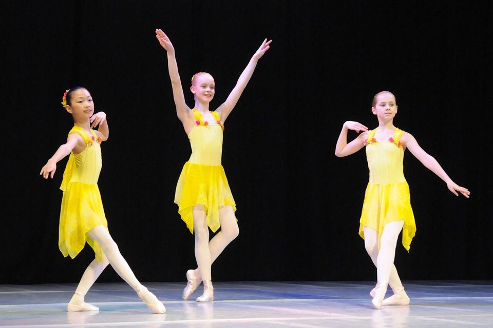 Exeter-Festival-Joanna-Mardon-Dance-School-Photos-Ballet-Dancers-yellow